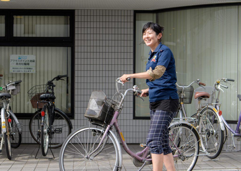 自転車を押すスタッフ