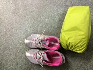 仕事で使用中の靴と必需品のカッパ